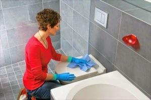 membersihkan kerak kamar mandi